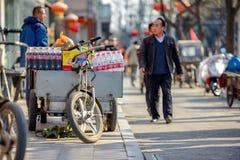 PEKING KINA - MARS 14, 2016: Folket går och kör Arkivbild