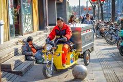 PEKING KINA - MARS 14, 2016: Folket kör till och med Royaltyfri Fotografi