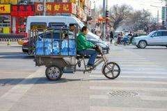 PEKING KINA - MARS 14, 2016: Folket kör till och med Arkivfoton