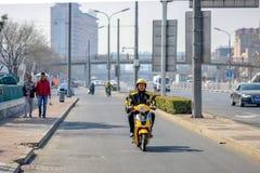 PEKING KINA - MARS 14, 2016: Folket kör till och med Royaltyfria Bilder