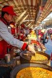 PEKING KINA - MARS 11, 2016: Matförsäljare erbjuder dess produkt Royaltyfria Foton