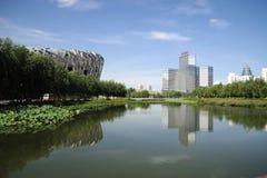 Peking-nationales Stadion mit modernem Gebäude Stockbild