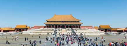 PEKING - 28. SEPTEMBER: Touristen, welche die Verbotene Stadt, an betreten Stockfoto