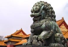 Peking verbotene Stadt: Löwestatue gegen den ro Lizenzfreies Stockbild