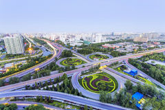 Pekingplanskild korsning på natten royaltyfria bilder