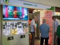 Pekskärmen ledde tecknet symboliserar i Ecolighttech asia 2014 Arkivbilder