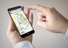 Pekskärmsmartphone med online-navigaationapplikation på t Fotografering för Bildbyråer