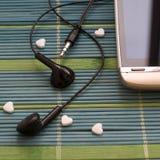 Pekskärmtelefon med hörluruppsättningen på den enkla sammansättningen för unik täckningcloseup Royaltyfri Bild