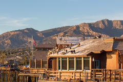 Pelícanos en el tejado en el muelle de las popas en Santa Barbara, Californi Fotografía de archivo