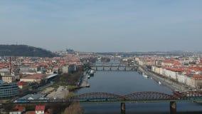 Película aérea del castillo de Praga y del río Moldava almacen de video