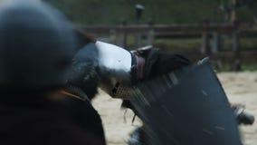 Película de acción histórica, lucha feroz de la espada entre los hombres medievales fuertes almacen de metraje de vídeo