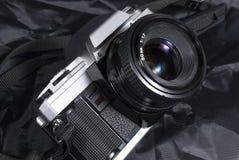 Película de la cámara del vintage del Oldie Placa, lente y correa del cuerpo fotos de archivo libres de regalías
