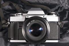 Película de la cámara del vintage del Oldie Placa, lente y correa del cuerpo Imágenes de archivo libres de regalías
