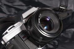 Película de la cámara del vintage del Oldie Placa, lente y correa del cuerpo foto de archivo