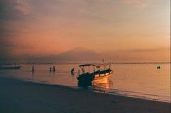 Pel?cula de la salida del sol de la silueta del barco de pesca imágenes de archivo libres de regalías