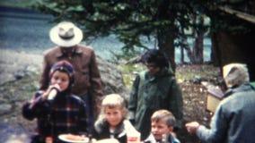 (película de 8m m) Cookout al aire libre 1955 de la comida campestre de la montaña metrajes