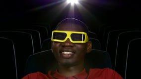 Película de observación afroamericana feliz en teatro almacen de video