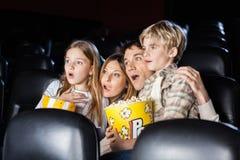 Película de observación chocada de la familia en teatro foto de archivo