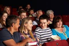 Película de observación de la familia adolescente en cine Imágenes de archivo libres de regalías