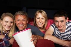 Película de observación de la familia adolescente en cine Imagen de archivo libre de regalías