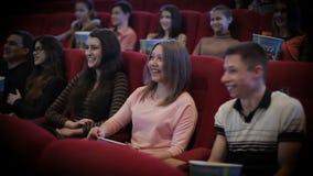 Película de observación de la gente en cine almacen de metraje de vídeo