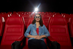Película de observación de la mujer joven en el teatro 3d Imágenes de archivo libres de regalías