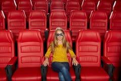 Película de observación de la mujer joven en el teatro 3d Fotografía de archivo