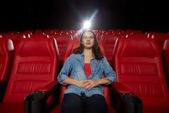 Película de observación de la mujer joven en teatro Imagenes de archivo