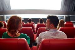 Película de observación de los pares felices en teatro o cine Imagenes de archivo