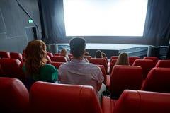Película de observación de los pares felices en teatro o cine Imágenes de archivo libres de regalías