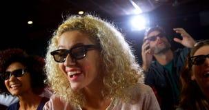 Película de observación del grupo de personas en el teatro 4k almacen de metraje de vídeo