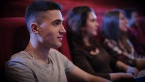 Película de observación del hombre joven en cine metrajes