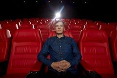 Película de observación del hombre joven en el teatro 3d Imagen de archivo