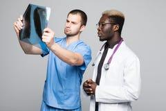 Película de radiografía de examen del doctor y del cirujano de lesión paciente del ` s Diagnosis de lesión y concepto médicos del imágenes de archivo libres de regalías