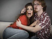 Película de terror de observación de los pares divertidos Foto de archivo libre de regalías