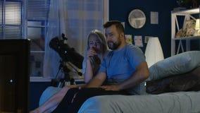 Película de terror de observación de los pares en la noche almacen de video