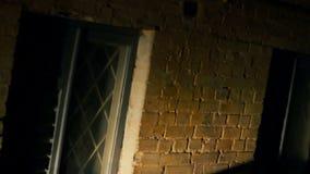 Película de terror, sombra oscura de la víctima de derrota del asesino con el arma de asesinato, pesadilla almacen de metraje de vídeo