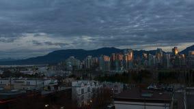 Película de Timelapse de nubes móviles y del cielo azul sobre Granville Island Vancouver A.C. Canadá en la salida del sol una mad