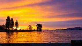 Película de Timelapse en la playa de la puesta del sol a lo largo de la bahía inglesa en Vancouver A.C. Canadá en la oscuridad 4k metrajes