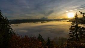 Película del lapso de tiempo de la niebla móvil y de las nubes bajas con el Mt nevado Hood One Early Morning en la salida del sol metrajes