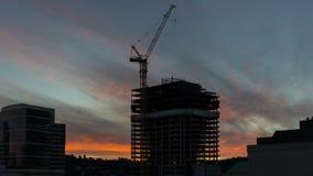 Película del lapso de tiempo de la puesta del sol ardiente colorida sobre nuevo sitio de la construcción de edificios en Portland almacen de video