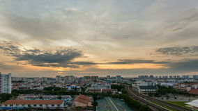 Película del lapso de tiempo de la salida del sol por la estación del MRT de Eunos en Singapur