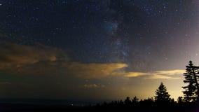 Película del lapso de tiempo de la vía láctea con las nubes de mudanza y del Shooting Stars en la noche de la montaña del alerce