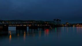 Película del lapso de tiempo del tráfico auto en el puente de travesía del río Columbia de la autopista 5 en la hora azul con la