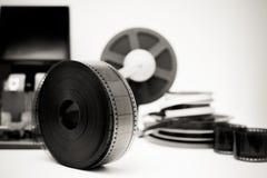 Película del vintage que corrige la mesa en blanco y negro con el carrete de 35m m Foto de archivo