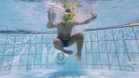 Película subacuática de un niño que se zambulle en la piscina almacen de metraje de vídeo