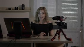 Película video femenina atractiva rubia misma del blogger con una cámara en la audiencia de enseñanza de la oficina cómo analizar almacen de metraje de vídeo
