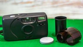 Película vieja de la cámara de la película en un fondo verde imágenes de archivo libres de regalías