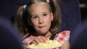 Película waching de la niña en el cine metrajes