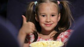 Película waching de la niña en el cine almacen de video